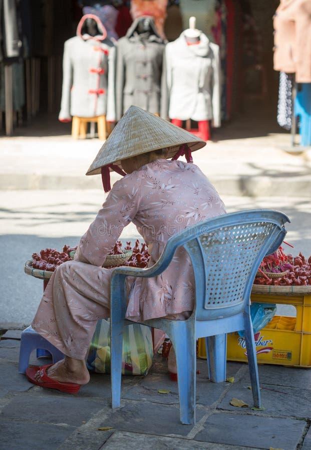 Una mujer que vende los juguetes en la calle en Hoi An, Vietnam imagen de archivo