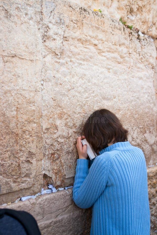 Una mujer ruega en la pared que se lamenta. foto de archivo libre de regalías