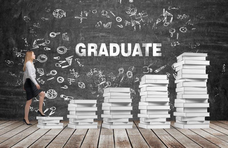 Una mujer va el consumir las escaleras que se hacen de los libros blancos El graduado de la palabra está en la pizarra negra fotos de archivo