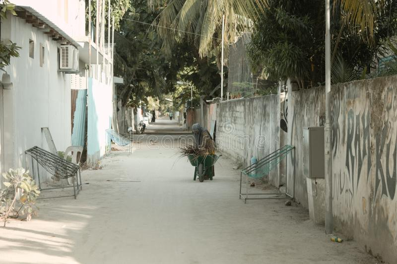 Una mujer velada los musulmanes está trabajando en la calle imágenes de archivo libres de regalías