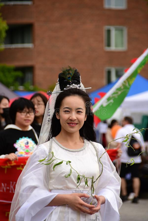 Una mujer vestida en los sombreros d?a desfile Burnaby A.C. Canad? del 3 de junio de 2017 foto de archivo