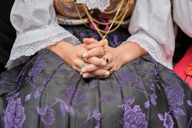 Una mujer vestida en traje sardo típico con diversas joyas de oro ornamentales sardas fotografía de archivo libre de regalías