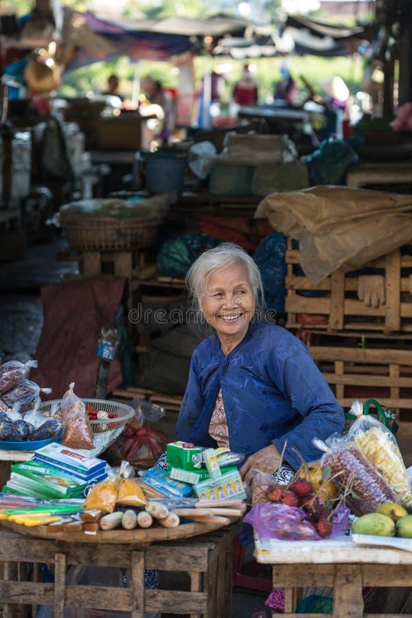 Una mujer vietnamita que vende mercancías en el mercado en Hoi An, Vietnam fotos de archivo libres de regalías