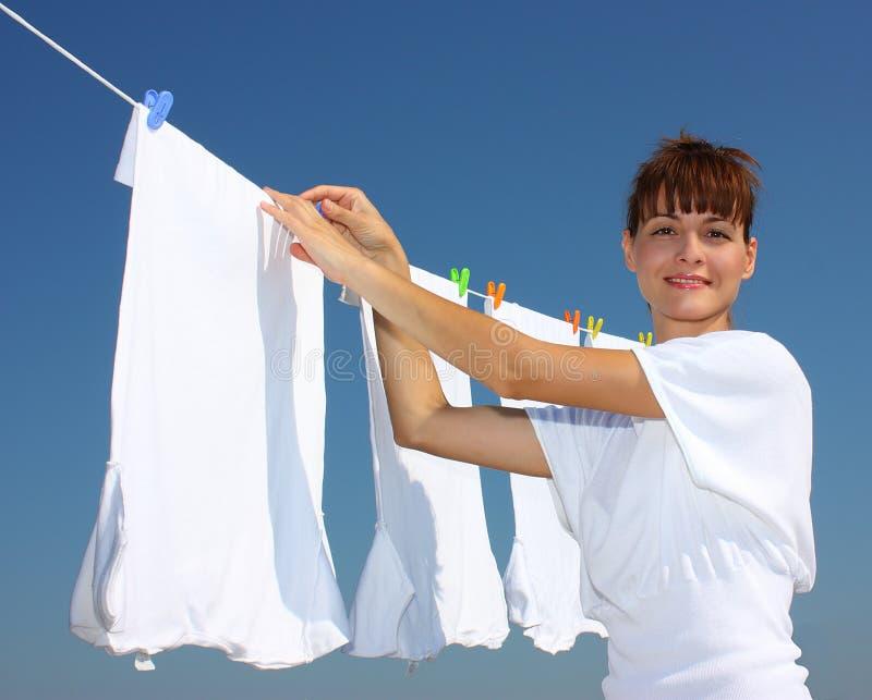 Una mujer y una cuerda para tender la ropa imagen de archivo libre de regalías