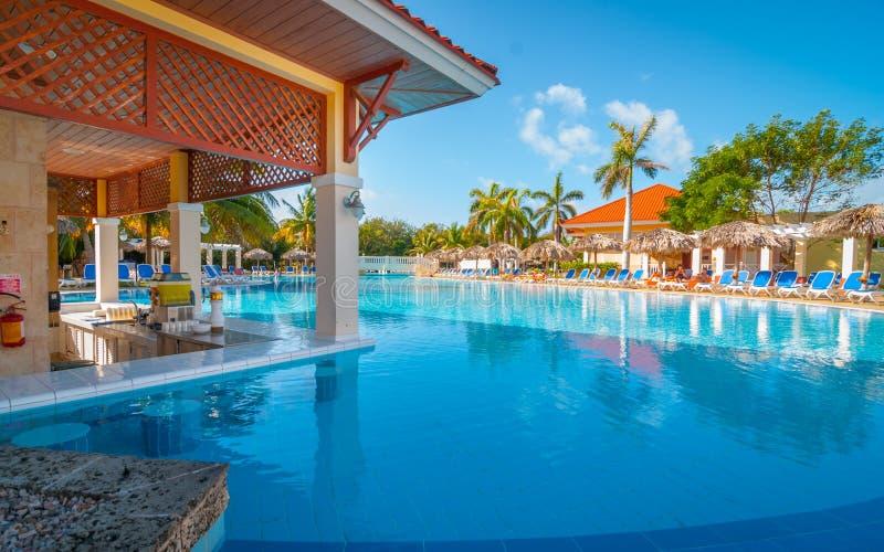 Una nadada encima de la barra y de la piscina en un Varadero, centro turístico cubano fotografía de archivo