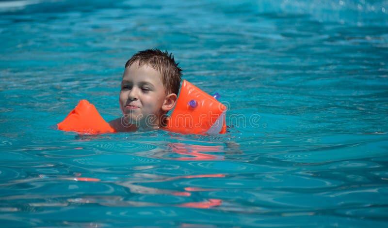Una natación del muchacho en la piscina fotografía de archivo