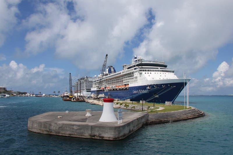 Una nave da crociera al bacino al cantiere navale navale reale, Bermude fotografie stock libere da diritti