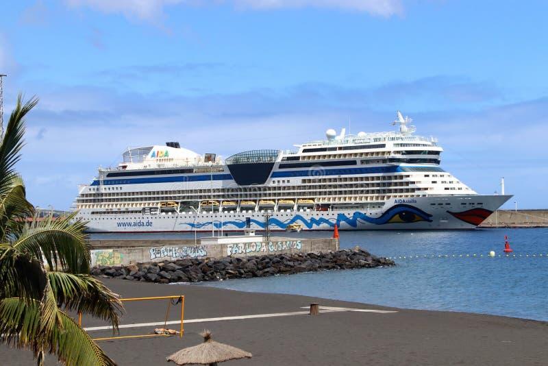 Una nave da crociera nel porto dell'isola delle Canarie La Palma fotografia stock