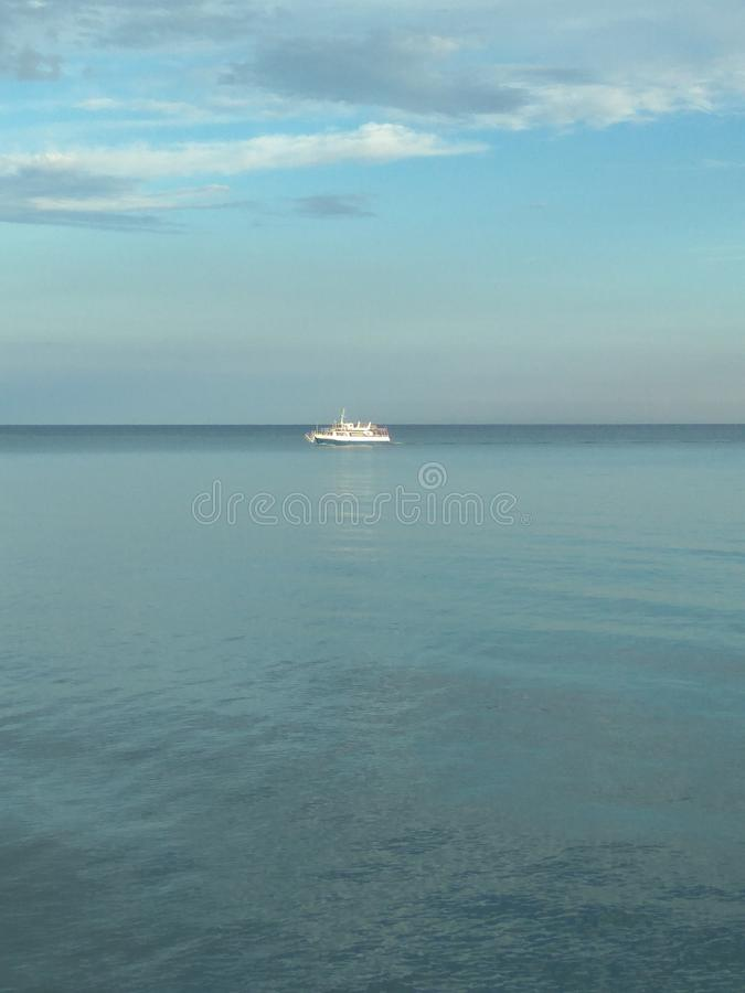 Una nave del motore in corso su Mar Nero Priorità bassa del mare Vista sul mare fotografia stock