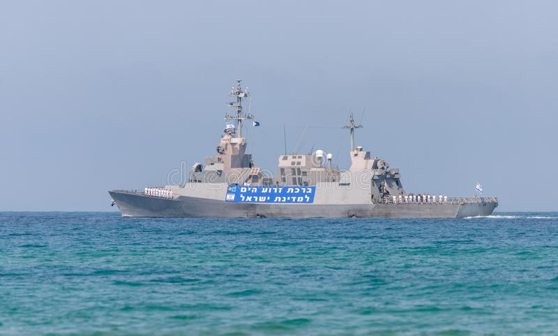 Una nave di combattimento sta partecipando ad una parata marittima fuori dalla costa di Haifa in onore del settantesimo anniversa fotografia stock libera da diritti
