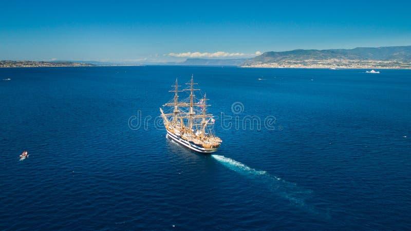Una nave di navigazione in mare nello stretto di Messina immagine stock