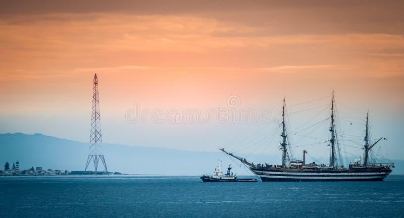 Una nave di navigazione in mare nello stretto di Messina fotografie stock libere da diritti