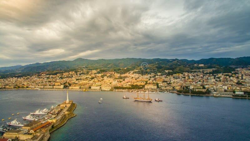 Una nave di navigazione in mare nello stretto di Messina immagini stock