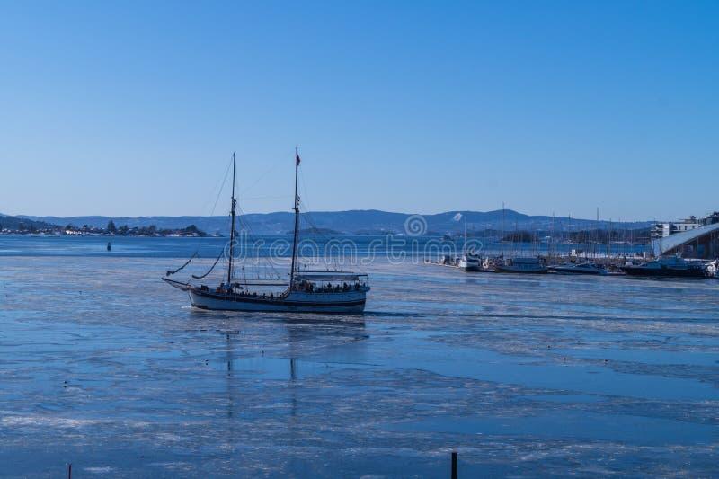 Una nave di navigazione nel fiordo di Oslo immagine stock libera da diritti