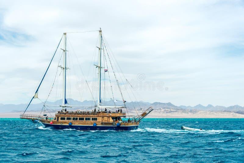 Una nave hermosa grande en el mar azul Marco horizontal foto de archivo