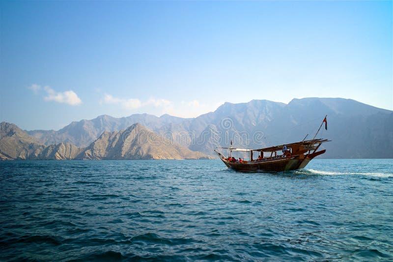 Una navegación tradicional omaní del barco del dhow a través del mar de Musandam fotos de archivo