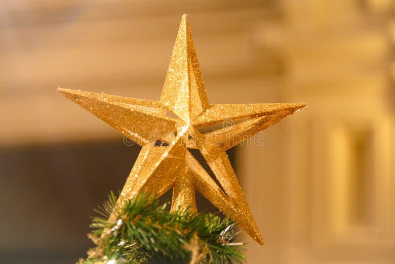 Una Navidad decorativa - estrella en el top de un árbol de navidad con un bokeh hermoso fotos de archivo