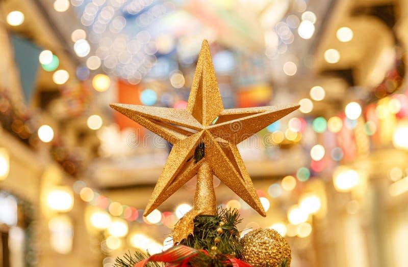 Una Navidad decorativa - protagonice en el top de un árbol de navidad con un fondo hermoso del bokeh fotografía de archivo
