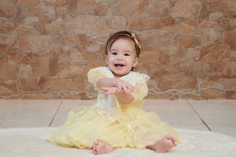 Una neonata in vestito giallo fotografie stock