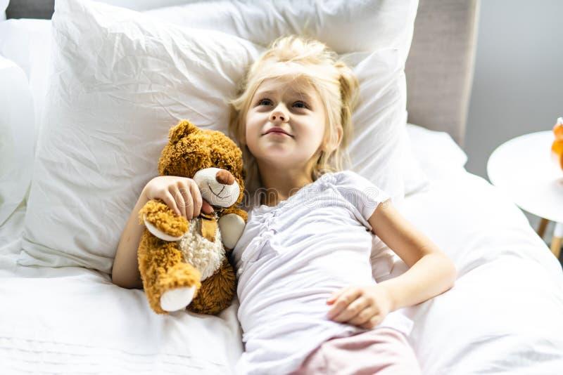 Una niña alegre en cama relajarse imágenes de archivo libres de regalías