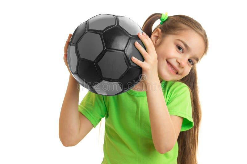 Una niña bonita del retrato del primer con la bola en sus manos fotos de archivo
