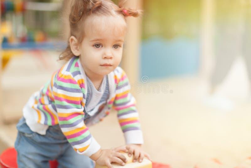 Una niña con dos colas en una blusa rayada imagen de archivo
