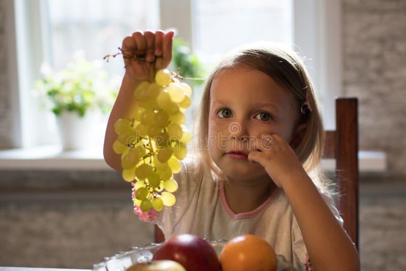 Una niña con la fruta fotografía de archivo