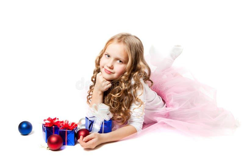 Una niña con los regalos imágenes de archivo libres de regalías