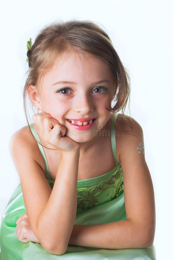 Una niña en alineada verde imagen de archivo libre de regalías