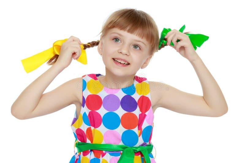 Una niña en un vestido con un modelo del circl multicolor imágenes de archivo libres de regalías