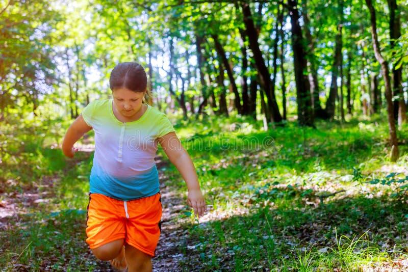 Una niña está corriendo en el parque foto de archivo libre de regalías