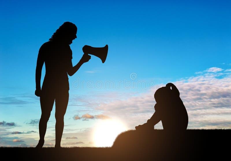 Una niña está llorando y su madre grita en ella en el altavoz, enseña a su disciplina fotografía de archivo