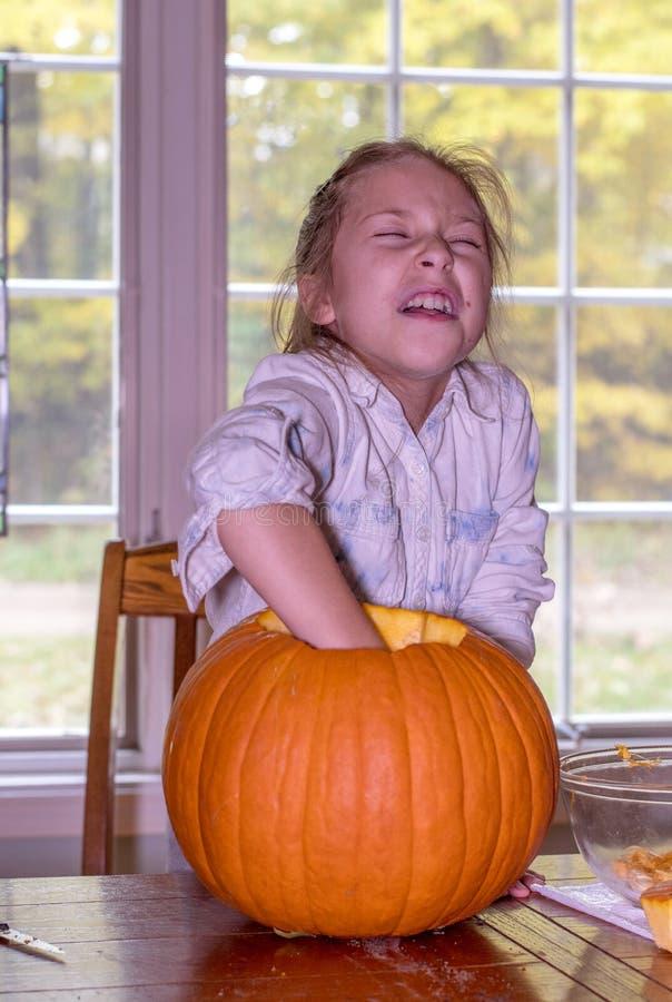 Una niña linda hace una cara divertida fotografía de archivo libre de regalías