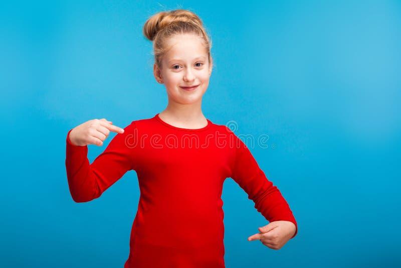 Una niña que muestra su camisa fotografía de archivo