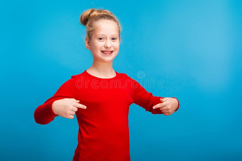 Una niña que muestra su camisa imágenes de archivo libres de regalías