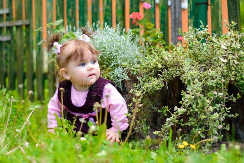 Una niña ucraniana asombrosa se sienta en la flor fotografía de archivo