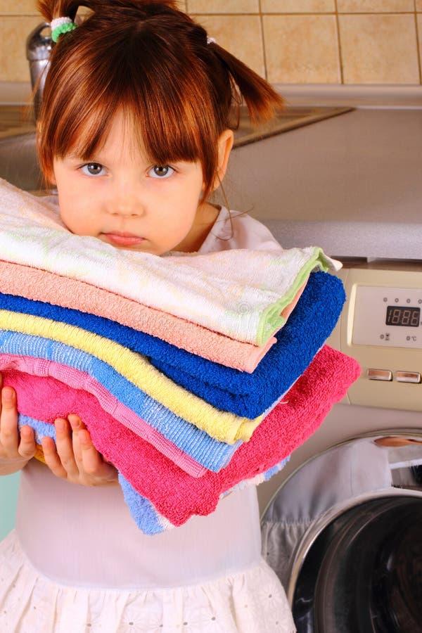 Una niña va a lavarse foto de archivo