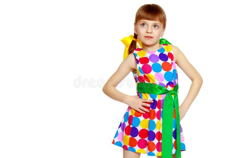 Una ni?a en un vestido con un modelo del circl multicolor fotografía de archivo libre de regalías