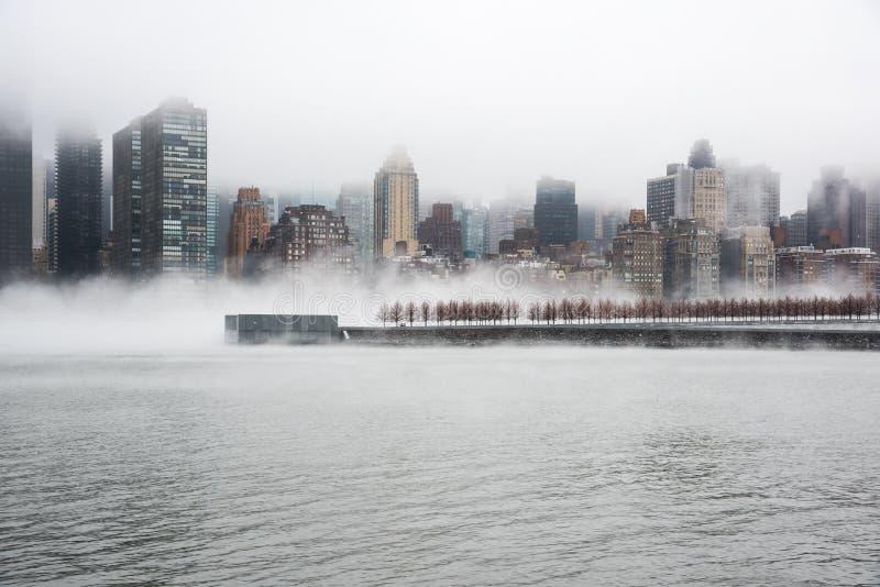 Una niebla densa cubrió New York City durante el día del ` s del invierno en enero de 2018 imagen de archivo