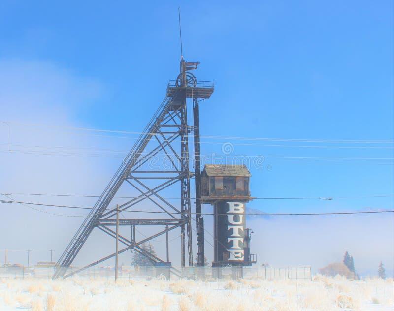 Una niebla llena de Butte Montana Mining derrick imagen de archivo