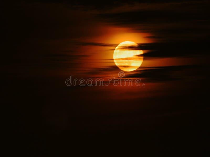 Una noche brillante nublada imagenes de archivo