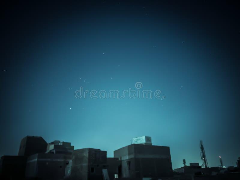 Una noche de la media luna en la ciudad fotos de archivo