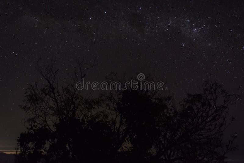 Una noche por completo de la estrella en el soporte Raung del sitio para acampar 7 Raung es el más desafiador de los rastros de l fotos de archivo libres de regalías