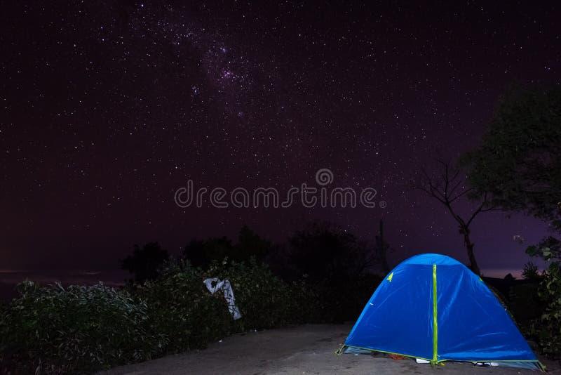 Una noche por completo de la estrella en el soporte Raung del sitio para acampar 7 Raung es el más desafiador de los rastros de l fotografía de archivo