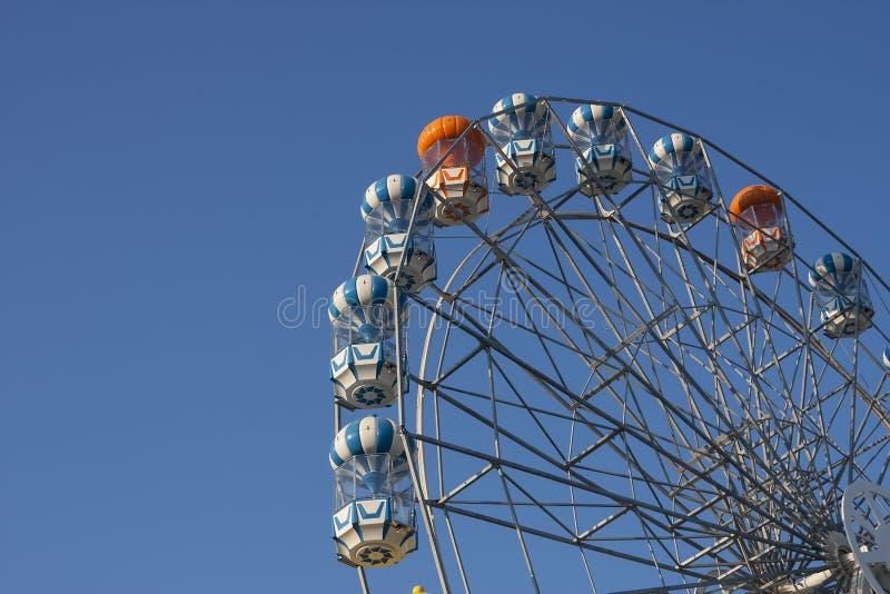 Noria y cielo azul. imagenes de archivo