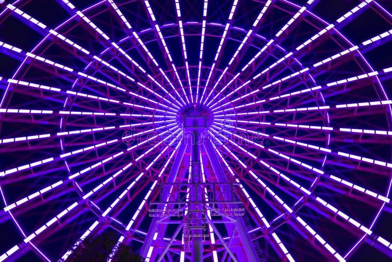 Una noria en el parque de atracciones en Tokio en la noche imagen de archivo