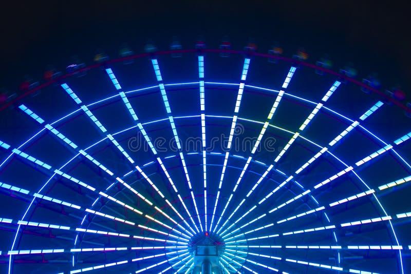 Una noria en el parque de atracciones en Tokio en la noche imagenes de archivo
