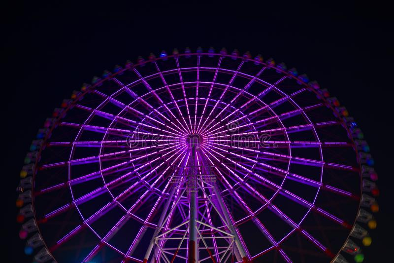 Una noria en el parque de atracciones en Tokio en la noche fotos de archivo libres de regalías