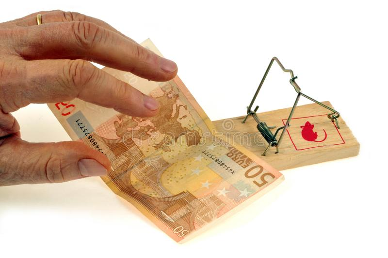 Una nota dell'euro cinquanta disposta su una trappola per topi fotografia stock libera da diritti