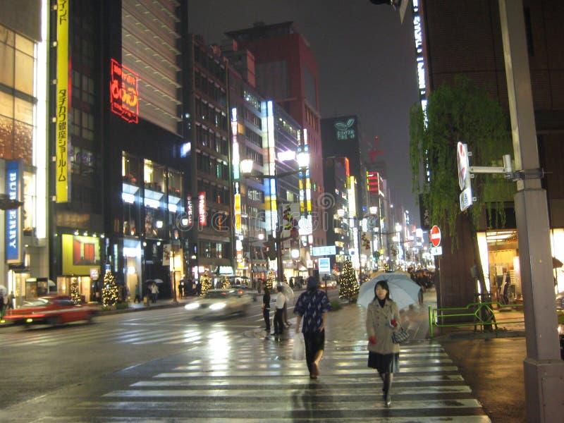 Una notte bagnata nella città di Tokyo fotografia stock